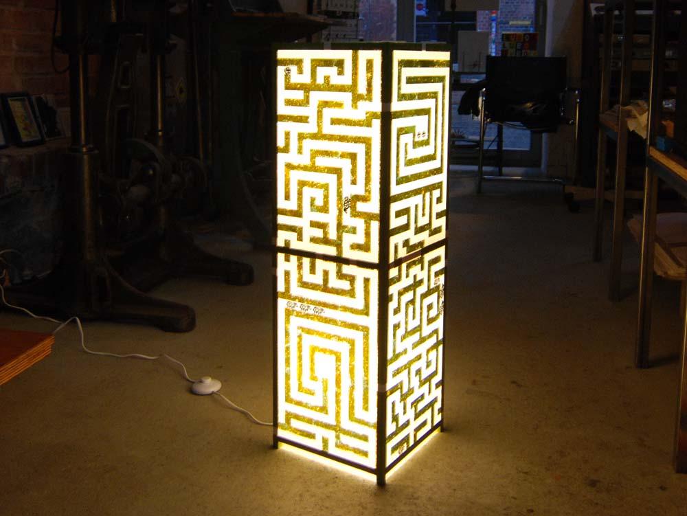 Holz- und Linolschnitte auf Chinapapier, aufgespannt auf Leistenkubus, von innen beleuchtet