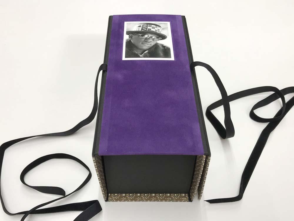 vorn violettes Velourspapier, Porträtfoto
