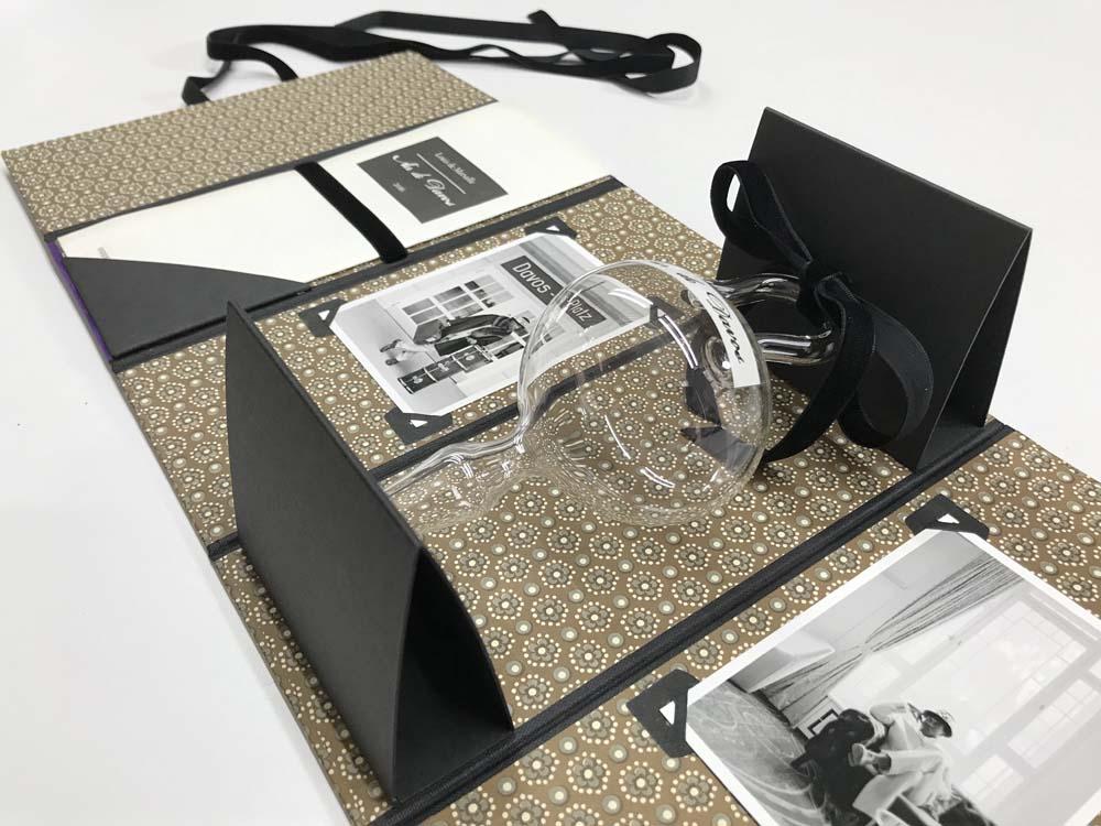 Mappe offen, Fotos, Booklet, Glaskolben in Kartonhalterung