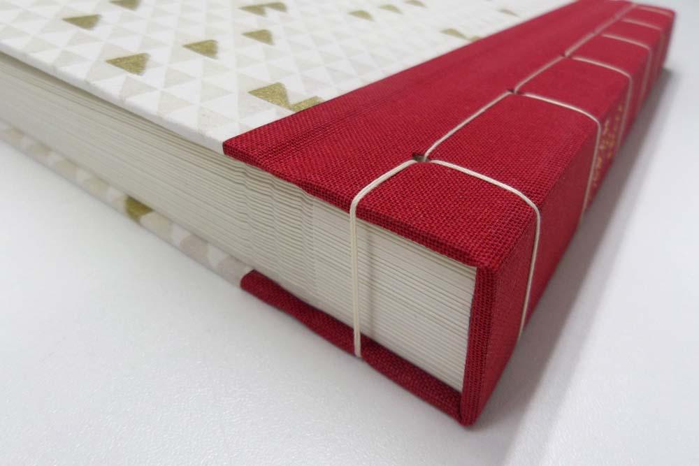 Rücken rotes Gewebe, sichtbare Heftfäden
