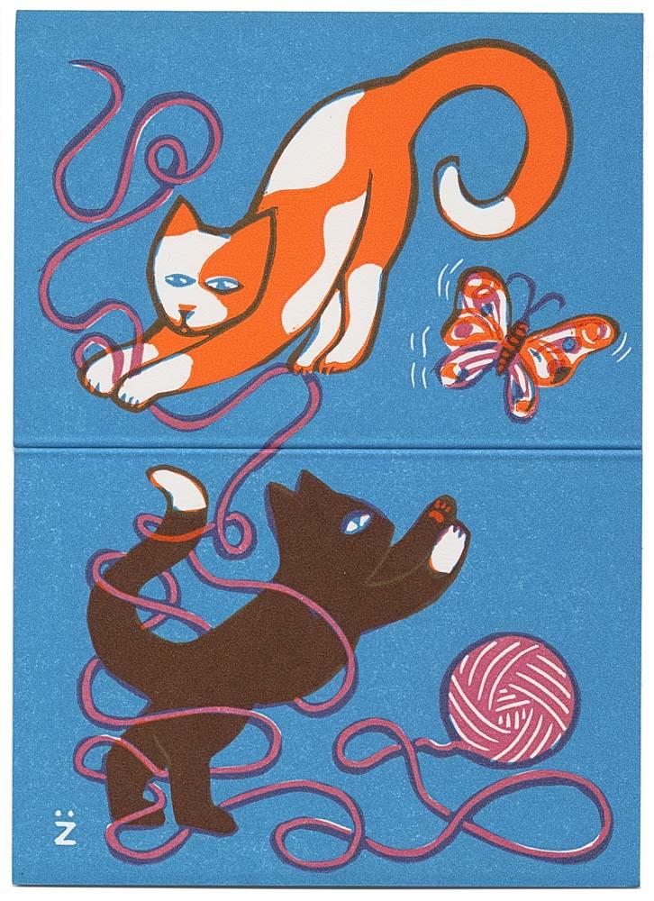 2 Katzen spielen mit Wollknäuel