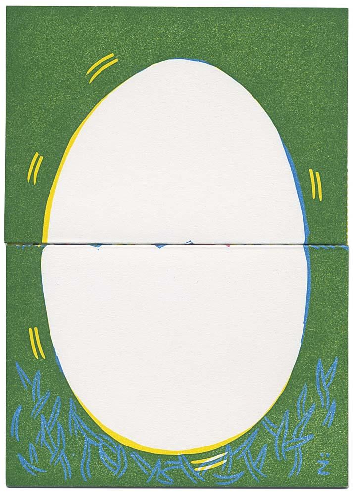 weißes Ei auf grüner Wiese