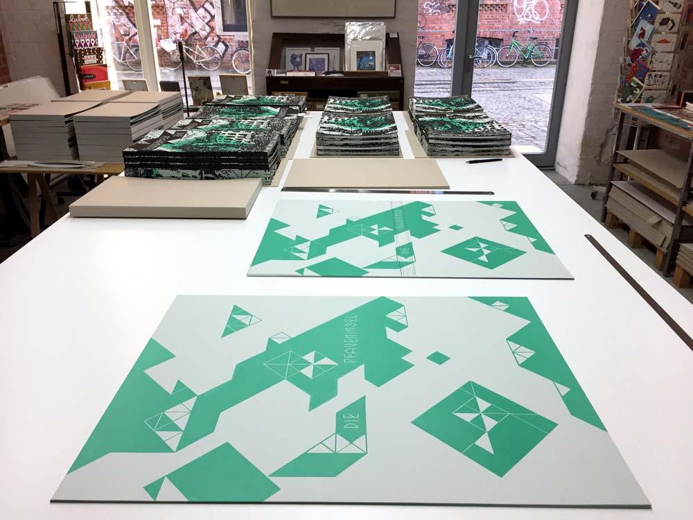 Buchdecken und Bedrucktes Bezugspapier auf dem Arbeitstisch