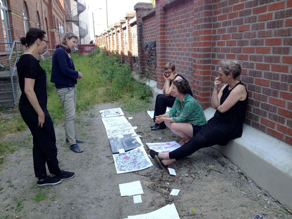 Treffen der Künstlerinnen mit ersten Entwürfen