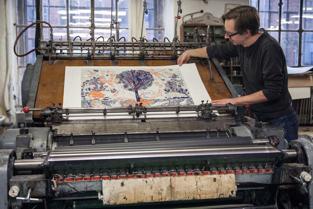 Druck des Schutzumschlages auf der Druckpresse