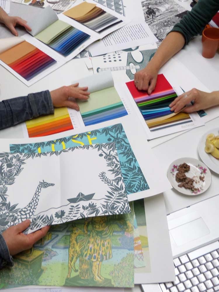Probedrucke und Farb-Katalog mit verschiedenen Leinensorten