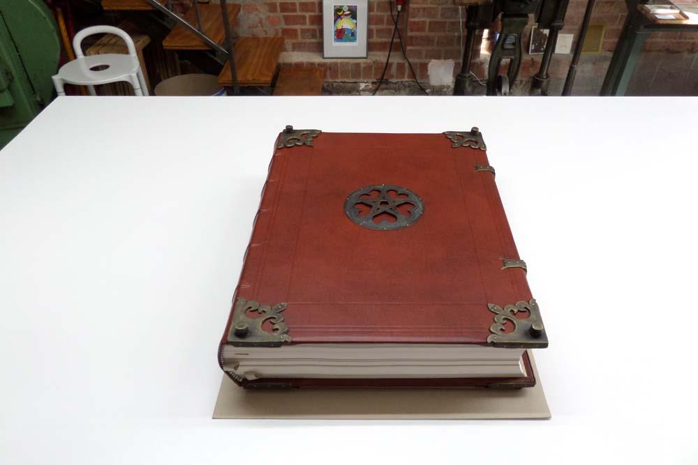 Großformatiges und schweres Buch, Holzdeckelband mit echten Bünden und Beschlägen