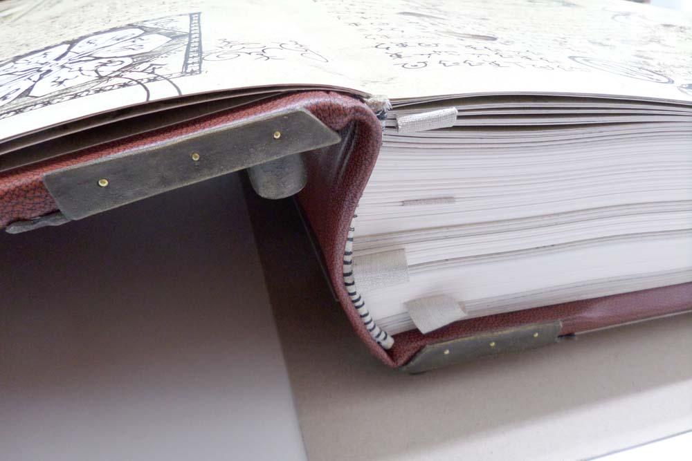 Geöffnetes Buch, manche Seiten sind bedruckt für entsprechende Filmszenen
