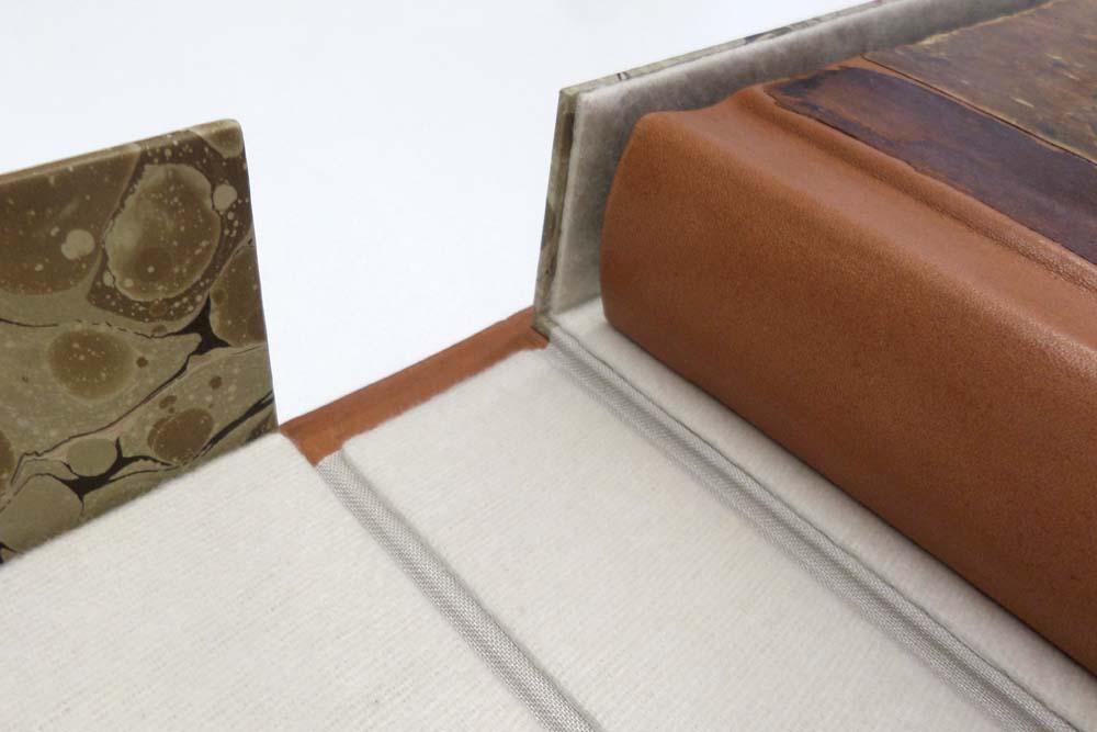 Lederrücken erneuert, altes Material auf Buchdeckeln erhalten