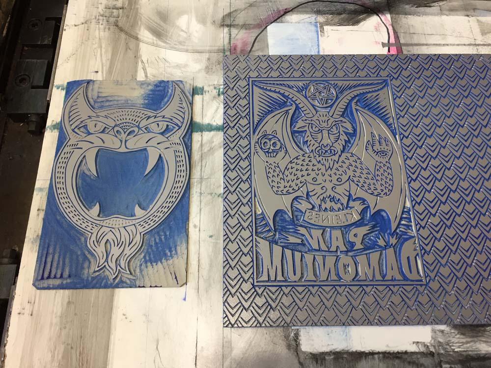 Linol-Druckstock mit silberner Farbe eingewalzt