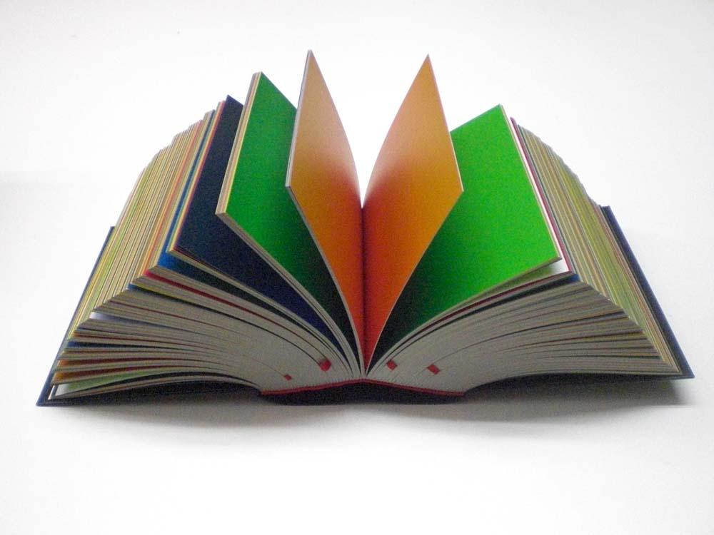 Buch geöffnet, Seiten mit Farbverläufen ganzflächig bedruckt