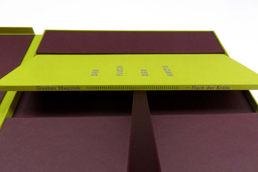 Buch in Kassette vertieft mit Satinband zum herausheben