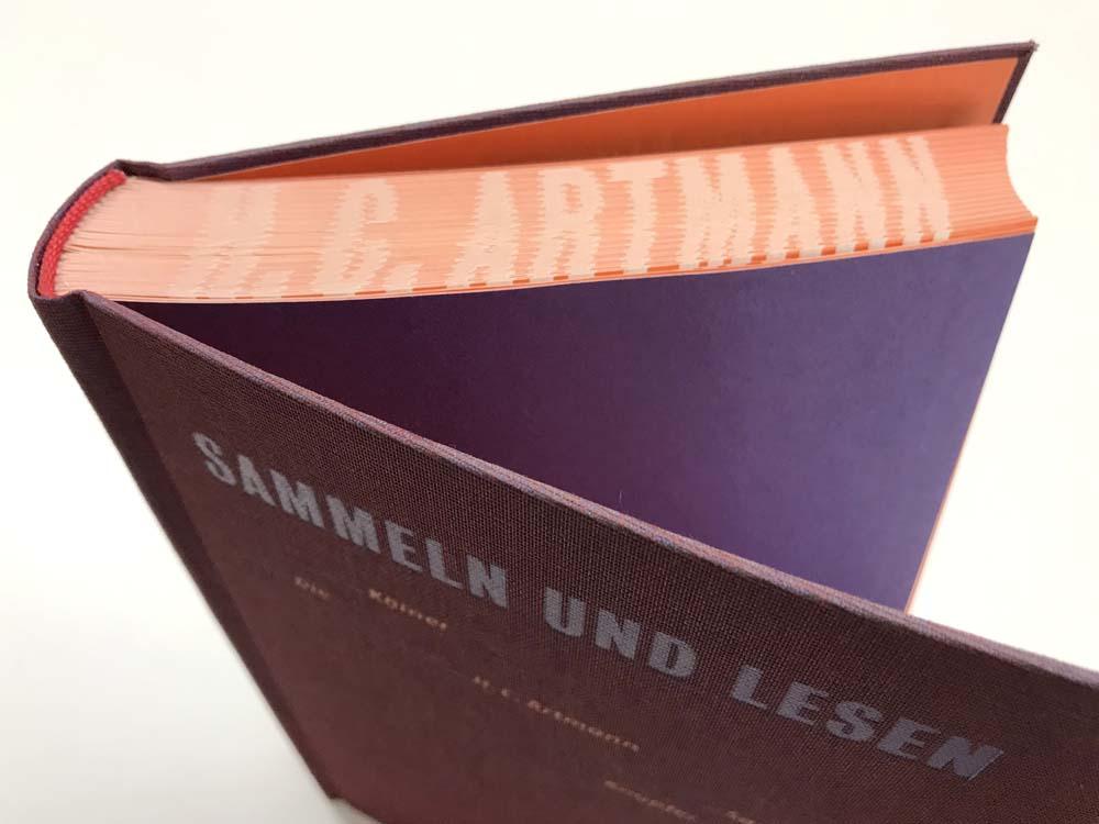 aufgefächerter Buchschnitt mit gedrucktem Titel