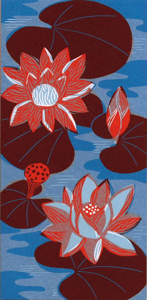 Lotosblüten auf blauem Wasser