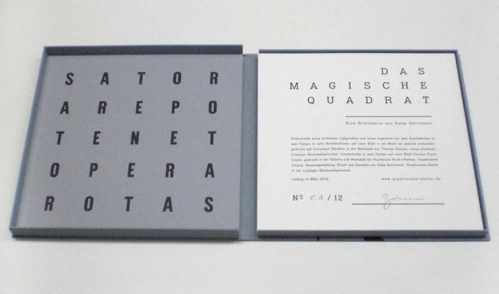 Die fünf Worte im Quadrat angeordnet können von allen Seiten gelesen werden: SATOR AREPO TENET OPERA ROTAS