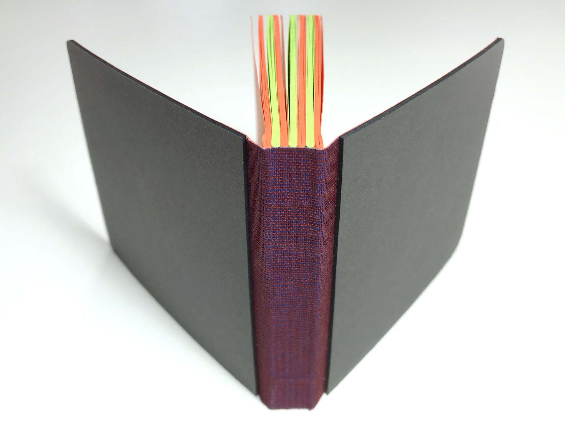 it zwei verschiedenfarbigen Papierlagen