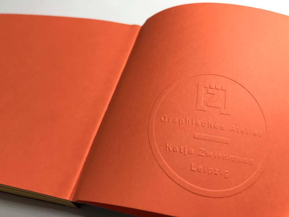 Logo Graphisches Atelier als Prägesiegel im Vorsatz