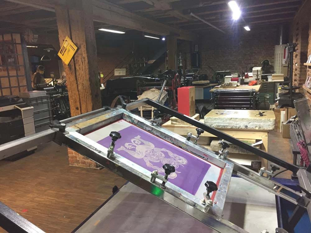 Siebdruckmaschine mit belichtetem Sieb