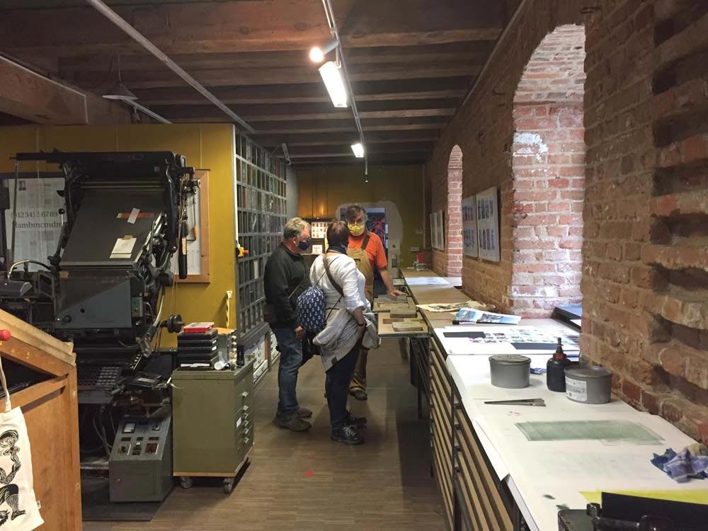 Besucher in der Spielkartenfabrik