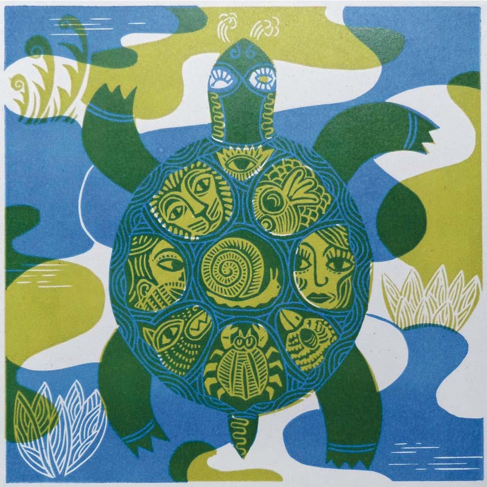 Schildkröte mit Tieren und Gesichtern im Panzer Grün/Blau