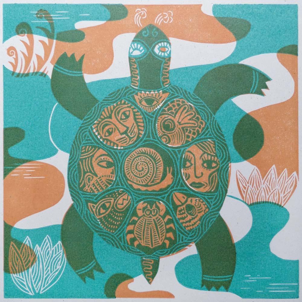 Schildkröte mit Tieren und Gesichtern im Panzer Grün/Orange