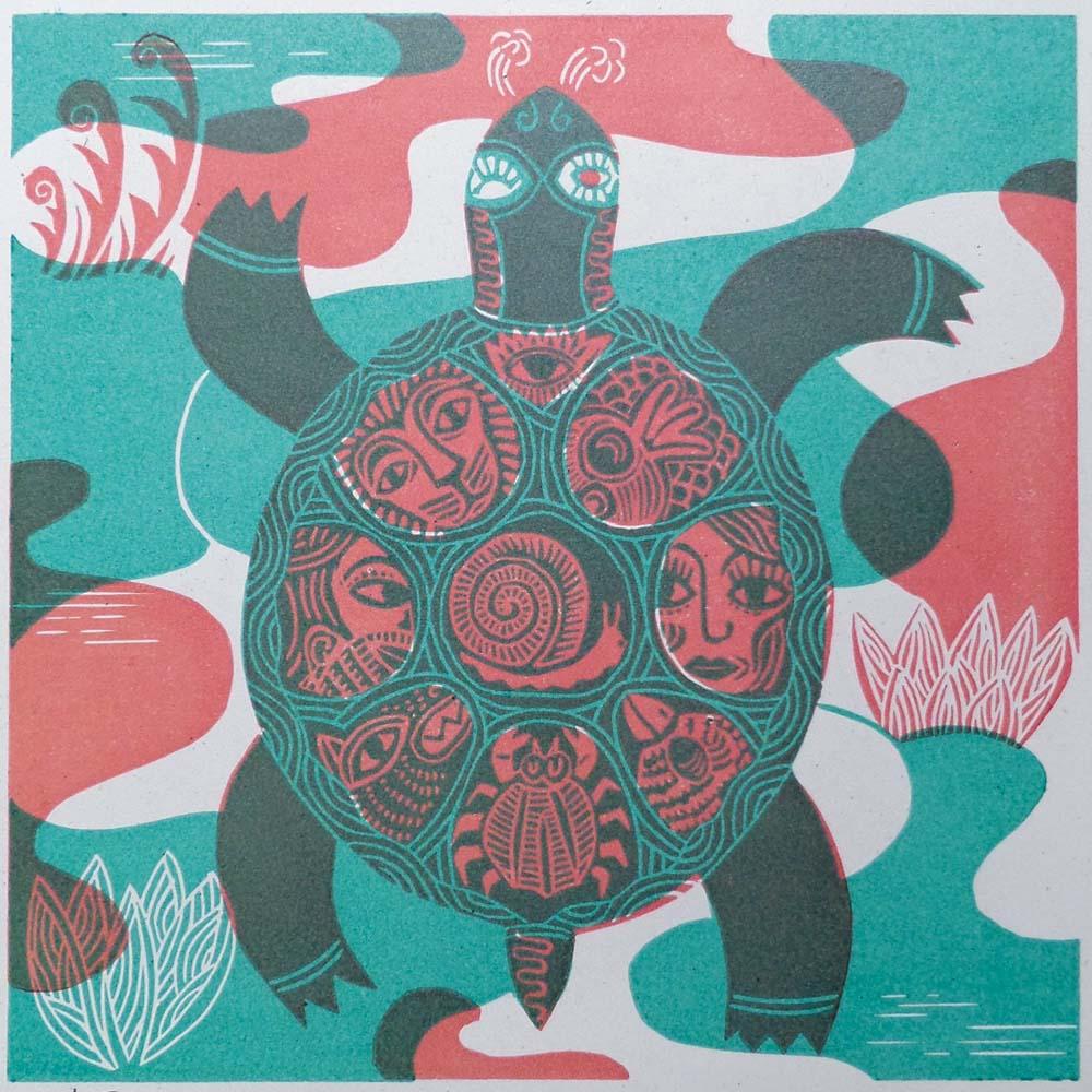 Schildkröte mit Tieren und Gesichtern im Panzer Grün/Rot